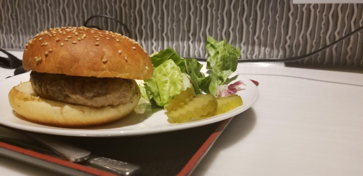 ANA成田国際線スイートラウンジハンバーガー